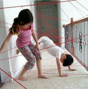 Teia de gato: Simples e divertida essa brincadeira vai desenvolver a concentração, equilíbrio e coordenação.